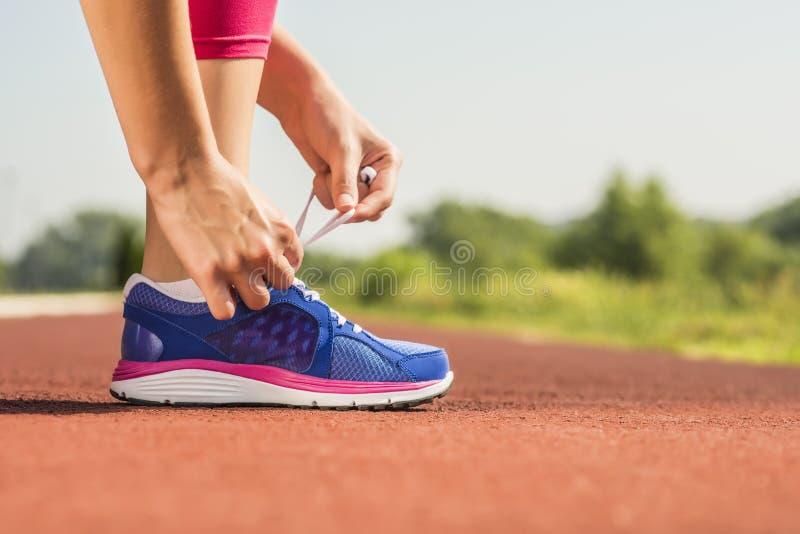 Attachement de la chaussure de sports images libres de droits