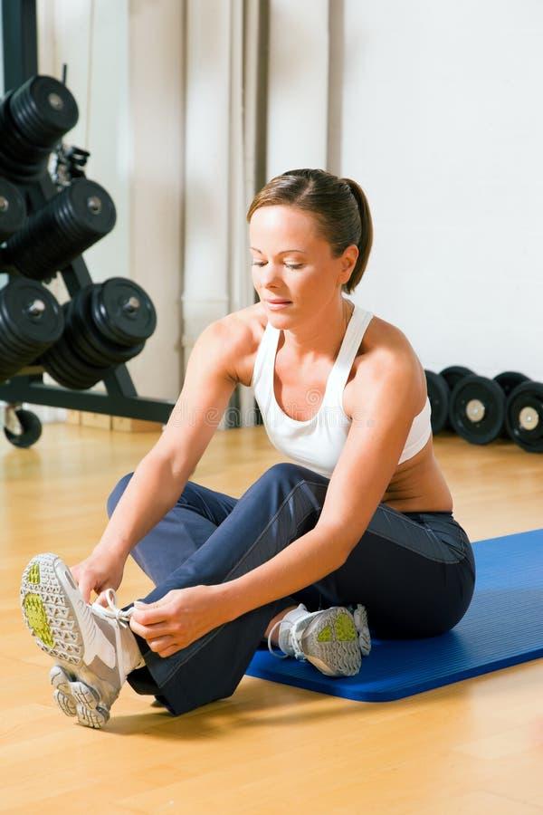 Attachement des lacets avant la formation en gymnastique photo libre de droits