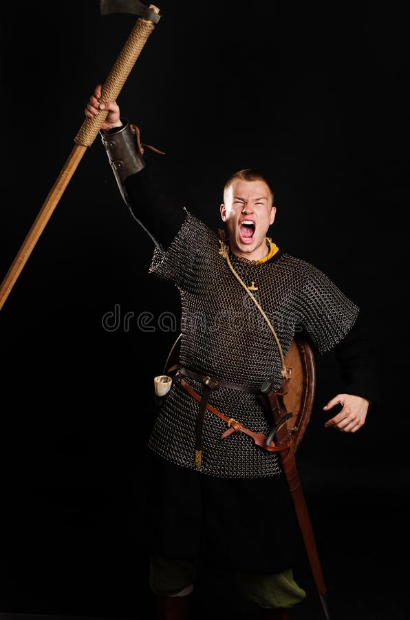 Attaque blindée médiévale de Viking avec une hache d'armes photo stock