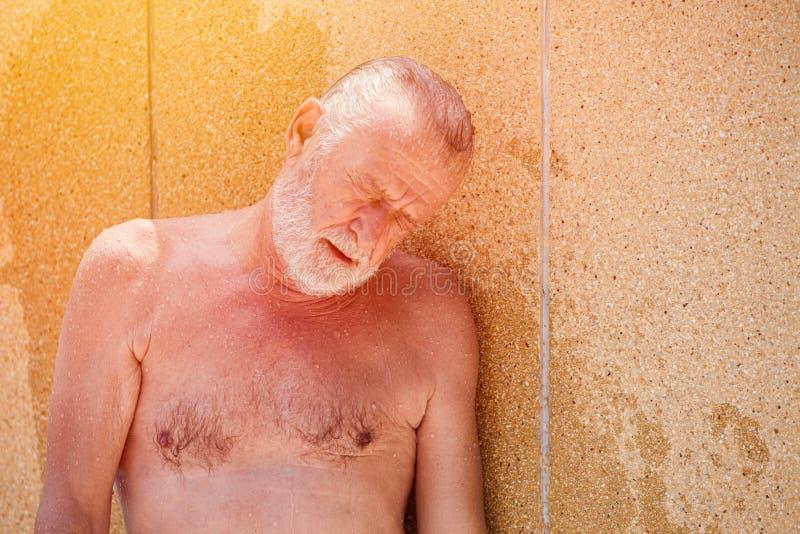 Attaque de coup de chaleur d'aîné épuisée de la saison chaude d'été de surchauffe photos libres de droits