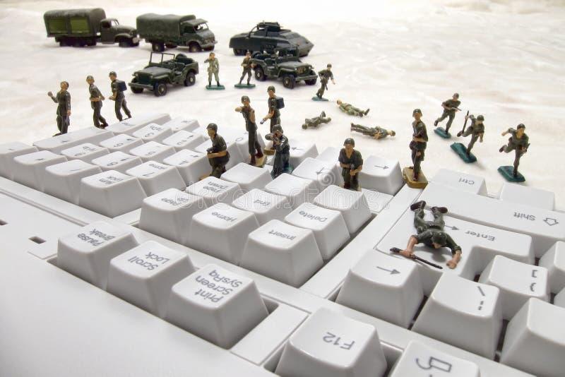 Attaque de Cyber de degré de sécurité d'ordinateur par des soldats de jouet photographie stock libre de droits