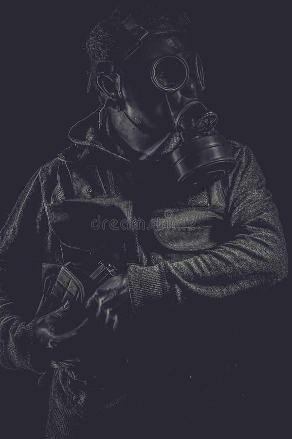 Attaque toxique Un homme dans un masque de gaz dans la fumée backgro artistique photographie stock