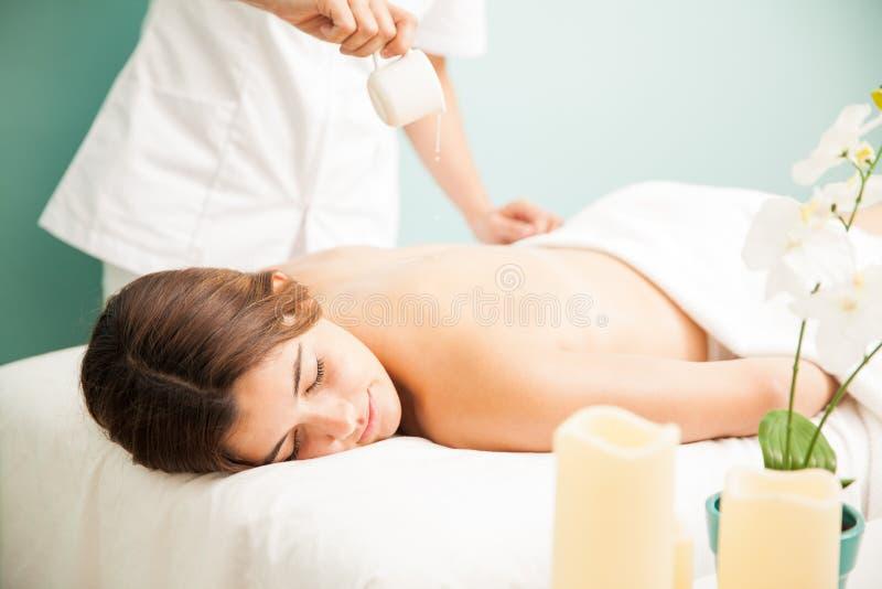 Atteindre un massage de bougie la station thermale photographie stock