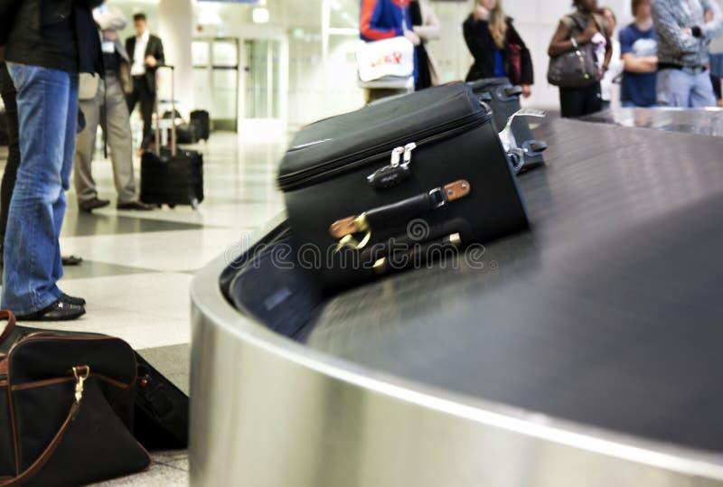 Attente à la réclamation de bagage photos libres de droits