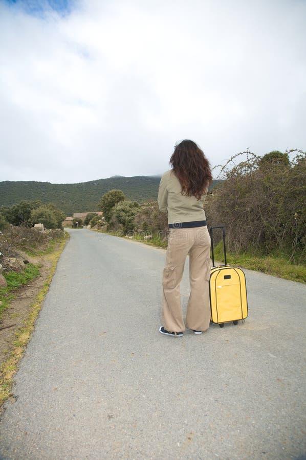 Attente avec la valise photographie stock libre de droits