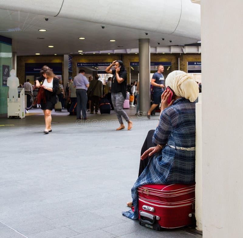 Download Attente d'un train photographie éditorial. Image du fille - 76084412