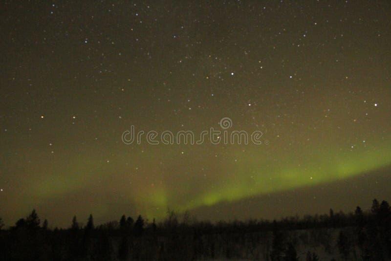 Attente de l'arrivée de l'aurore en Finlande image stock