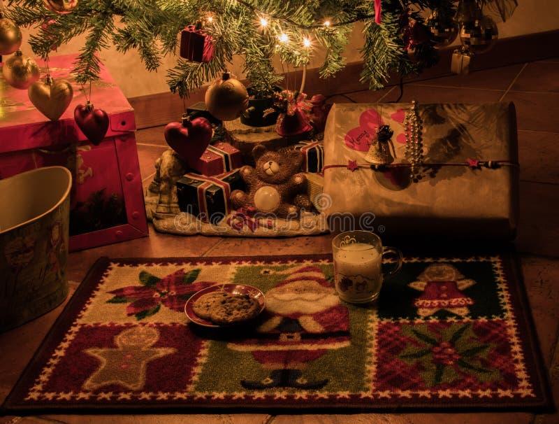 Attente de l'arrivée de Santa Claus et de ses cadeaux images stock