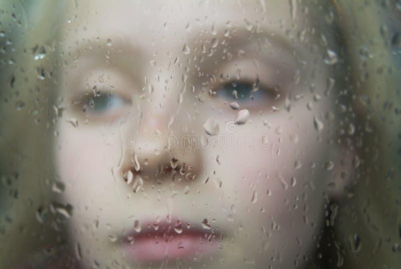 Attente de la pluie pour s'arrêter image libre de droits