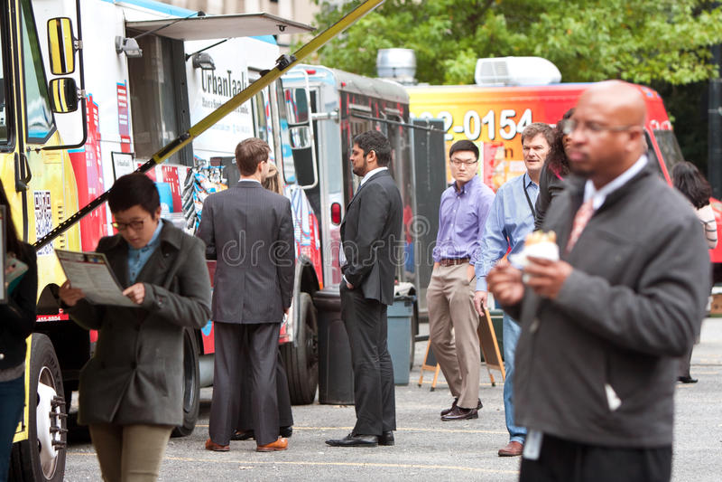 Attente de personnes dans la ligne pour commander des repas des camions de nourriture image libre de droits