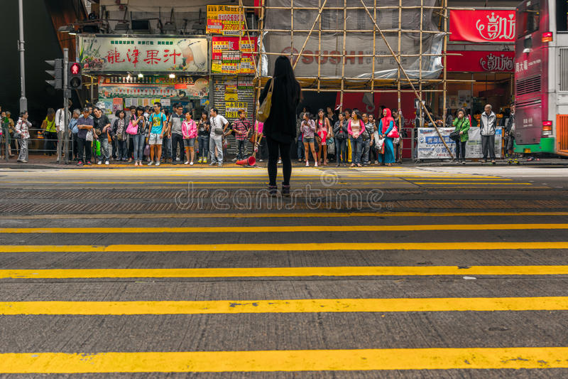 Attente de piétons pour traverser la rue images stock