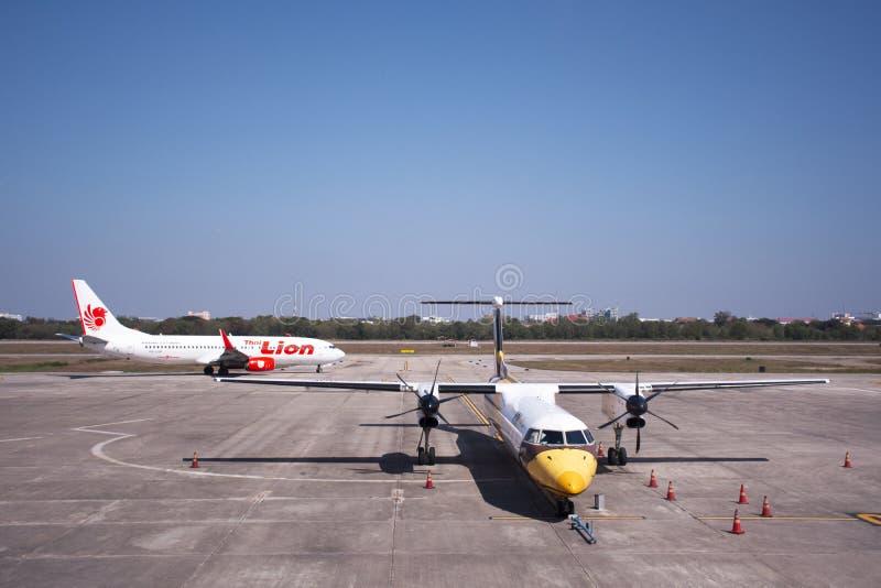 Attente de propulseur de jumeau d'Airbus et pr?parer et avion tha?landais fonctionnant pour d?coller sur la piste ? l'a?roport in photographie stock