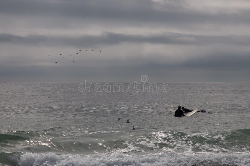 Attente de surfers une vague photos libres de droits