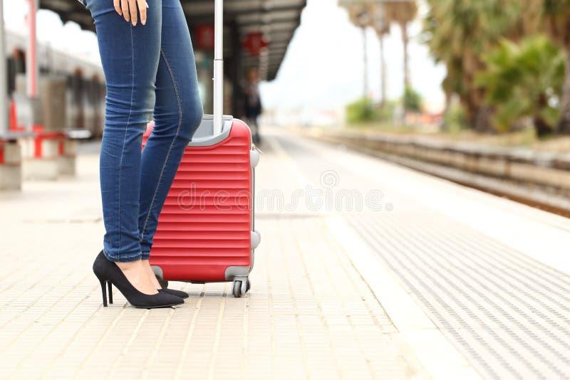 Attente de touristes de voyageur dans une station de train image stock