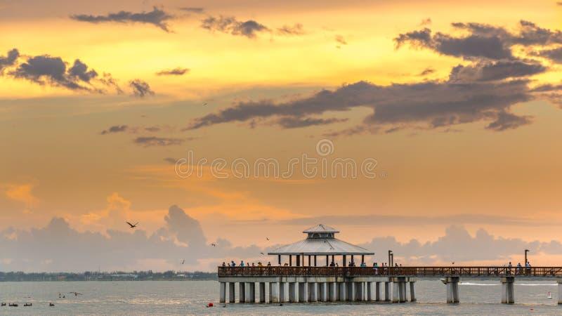 Attente du coucher du soleil sur l'Océan Atlantique photographie stock libre de droits