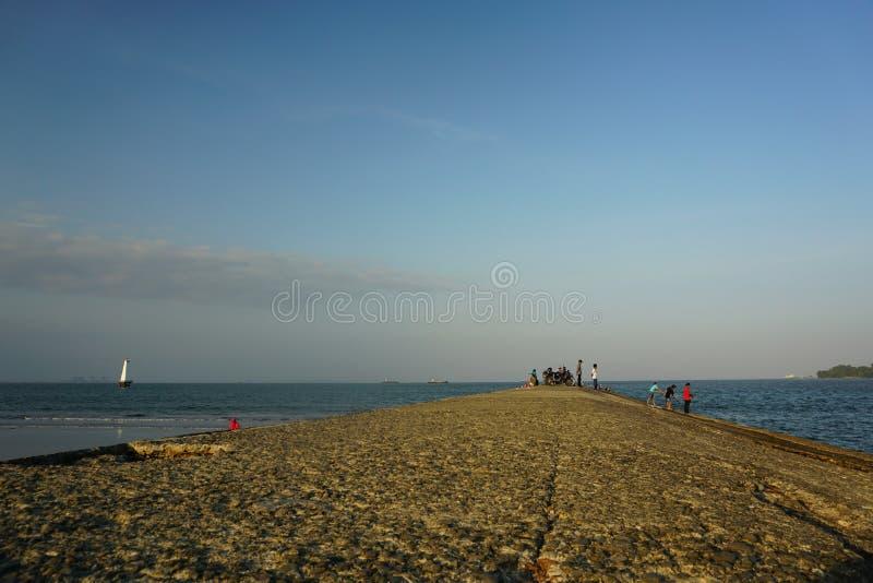 Attente Du Coucher Du Soleil À Teluk Penyu Beach Cilacap photos stock