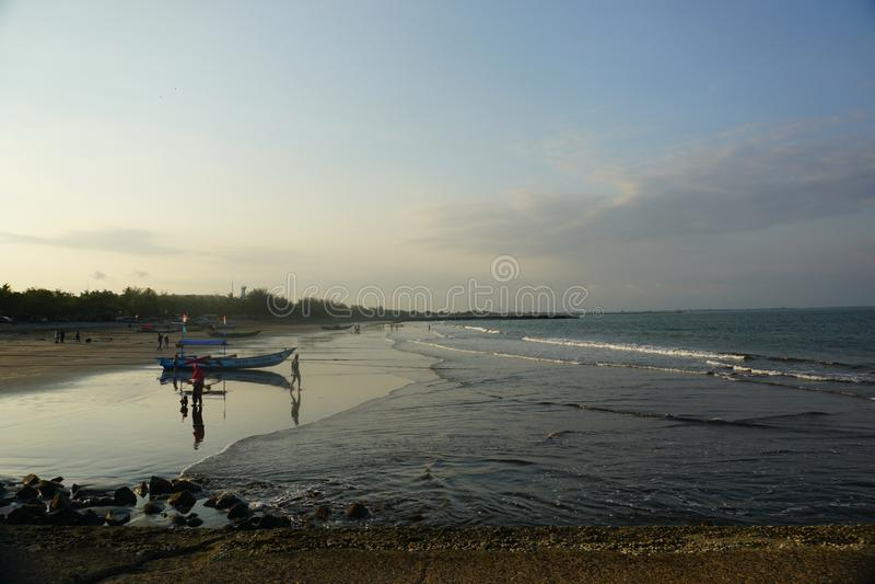 Attente Du Coucher Du Soleil À Teluk Penyu Beach Cilacap images stock