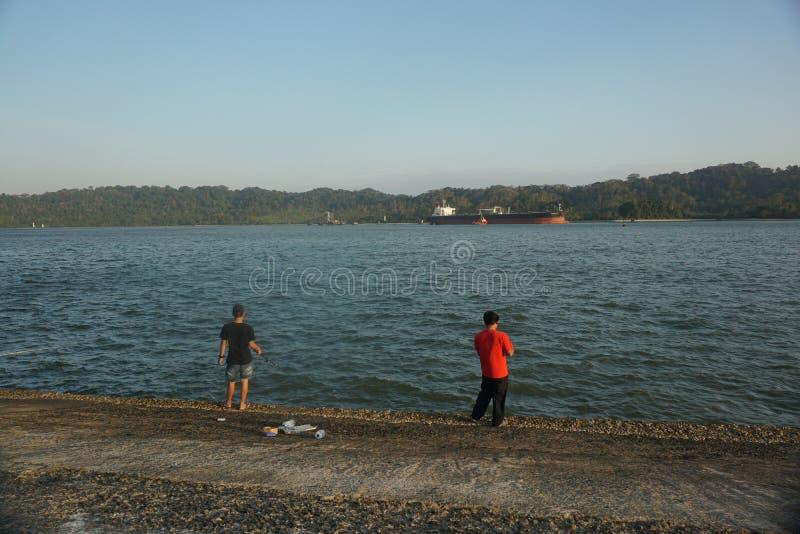 Attente Du Coucher Du Soleil À Teluk Penyu Beach Cilacap photographie stock libre de droits