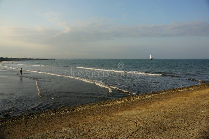 Attente Du Coucher Du Soleil À Teluk Penyu Beach Cilacap images libres de droits
