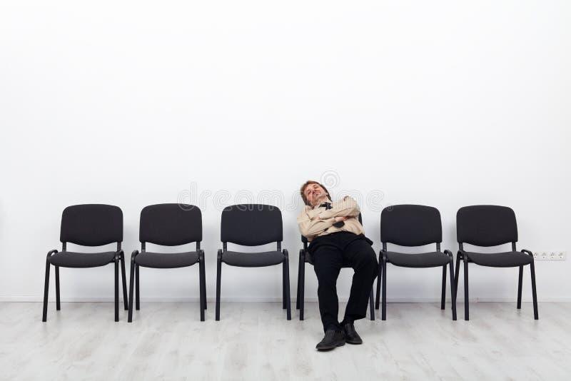 Attente fatiguée d'homme d'affaires images libres de droits
