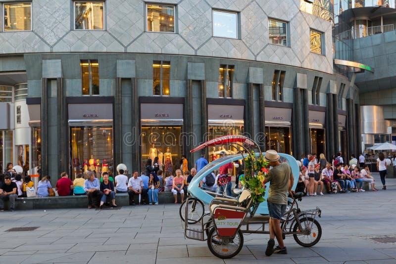 Attente guidée de véhicule de tricycle de taxi des passagers sur Stephansplatz, centre urbain de Vienne en Autriche images stock