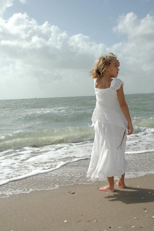 Attente par l'océan image libre de droits