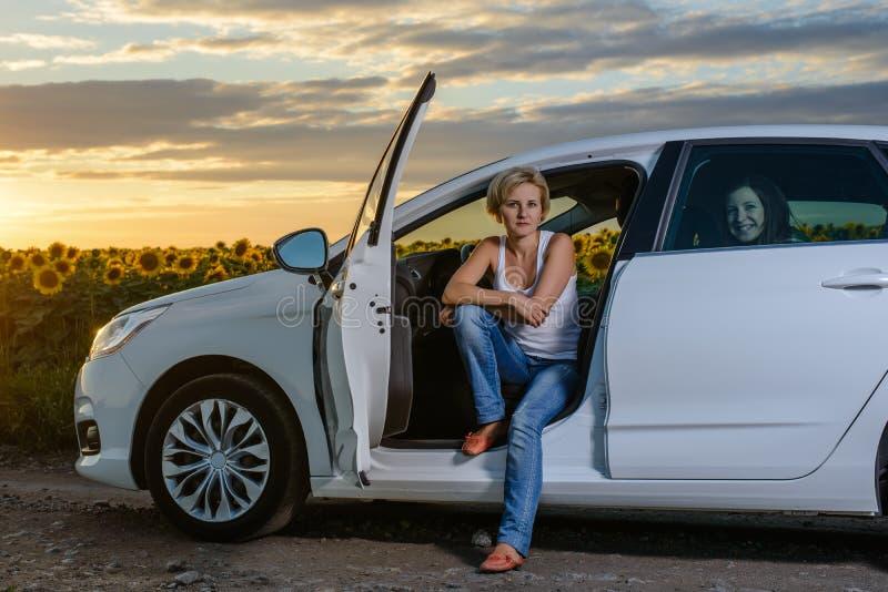 attente se reposante de femme assez blonde dans sa voiture photo stock image du seulement. Black Bedroom Furniture Sets. Home Design Ideas