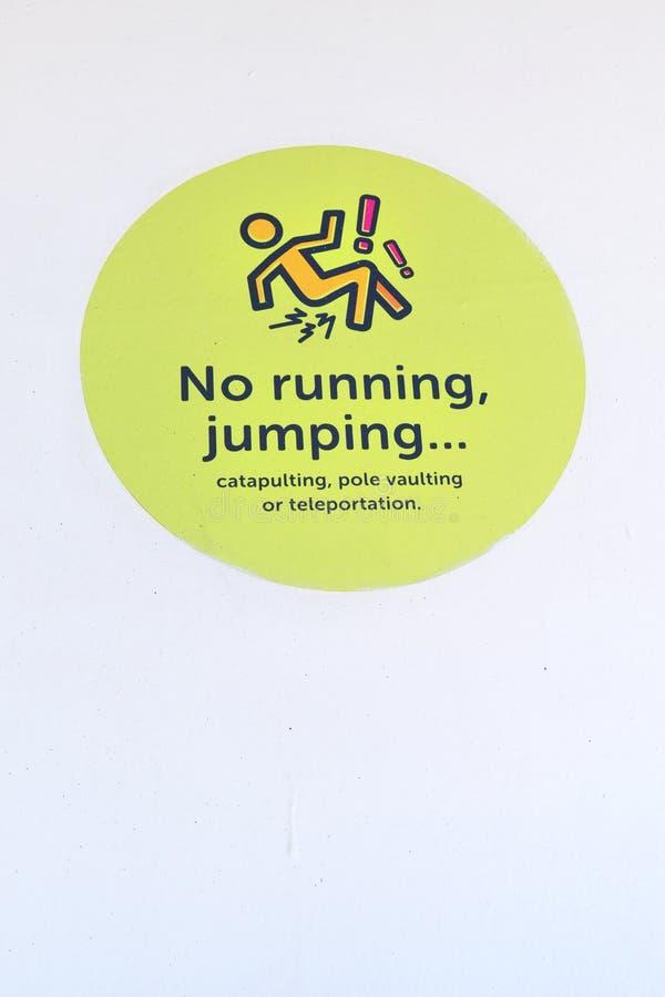 Attention à ne pas courir, signe de saut images stock