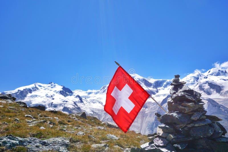 Atterhorn in den Schweizer Alpen mit Staatsflagge lizenzfreie stockfotografie