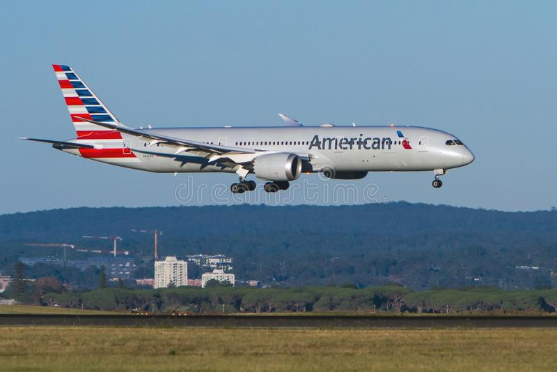 Atterraggio d'avvicinamento di American Airlines Boeing 787 Dreamliner fotografie stock libere da diritti