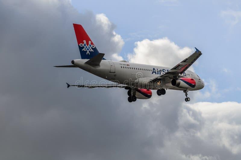 Atterraggio del getto della Serbia dell'aria a Heathrow fotografie stock libere da diritti