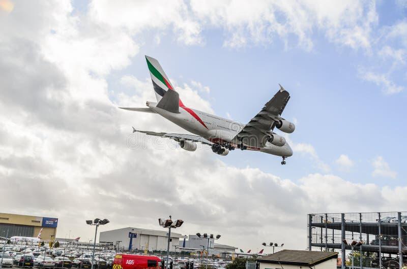 Atterraggio del getto delle vie aeree A380 degli emirati a Heathrow immagini stock libere da diritti