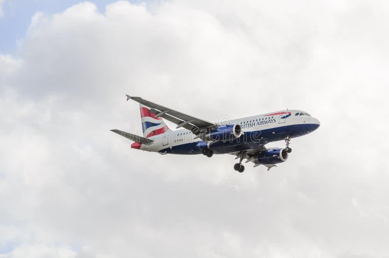Atterraggio del getto di British Airways a Heathrow immagini stock