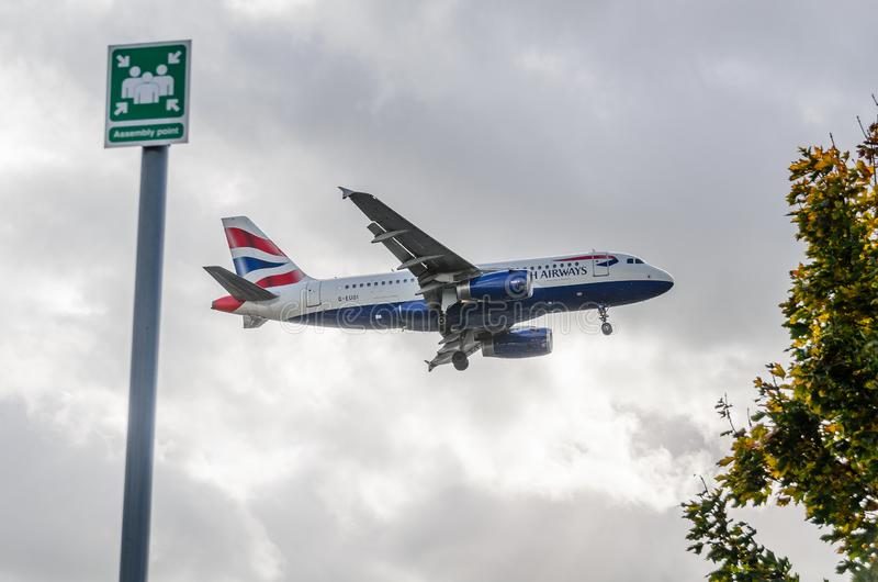 Atterraggio del getto di British Airways a Heathrow fotografia stock libera da diritti