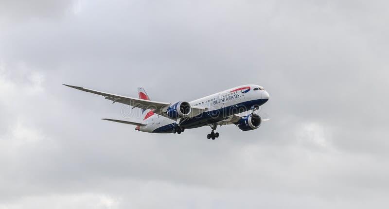 Atterraggio del getto di British Airways a Heathrow immagine stock