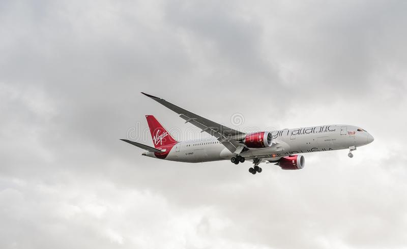 Atterraggio del getto di Virgin Atlantic a Heathrow fotografia stock libera da diritti