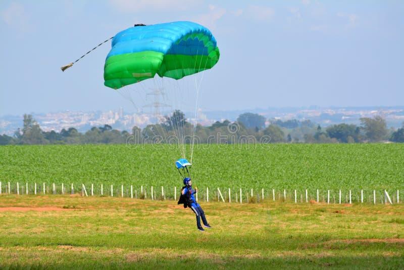 Atterraggio del paracadute della donna immagine stock libera da diritti