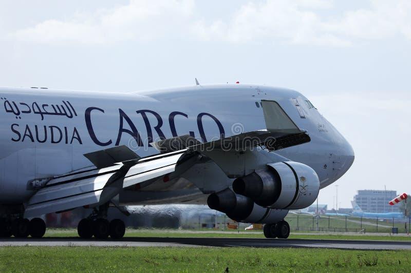 Atterraggio dell'aereo da carico di Saudia sull'aeroporto, aeroporto di Amsterdam, AMS, primo piano fotografia stock