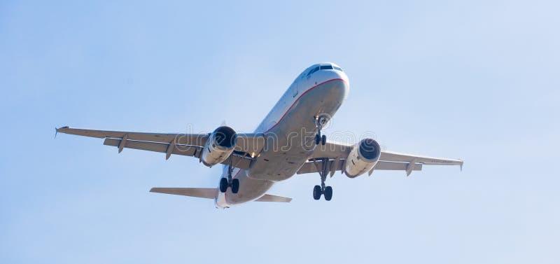 Atterraggio dell'aereo di Aegean Airlines fotografia stock
