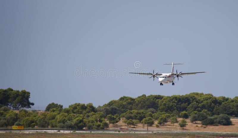 Atterraggio dell'aereo di linea delle eliche nell'aeroporto di Mallorca immagine stock libera da diritti