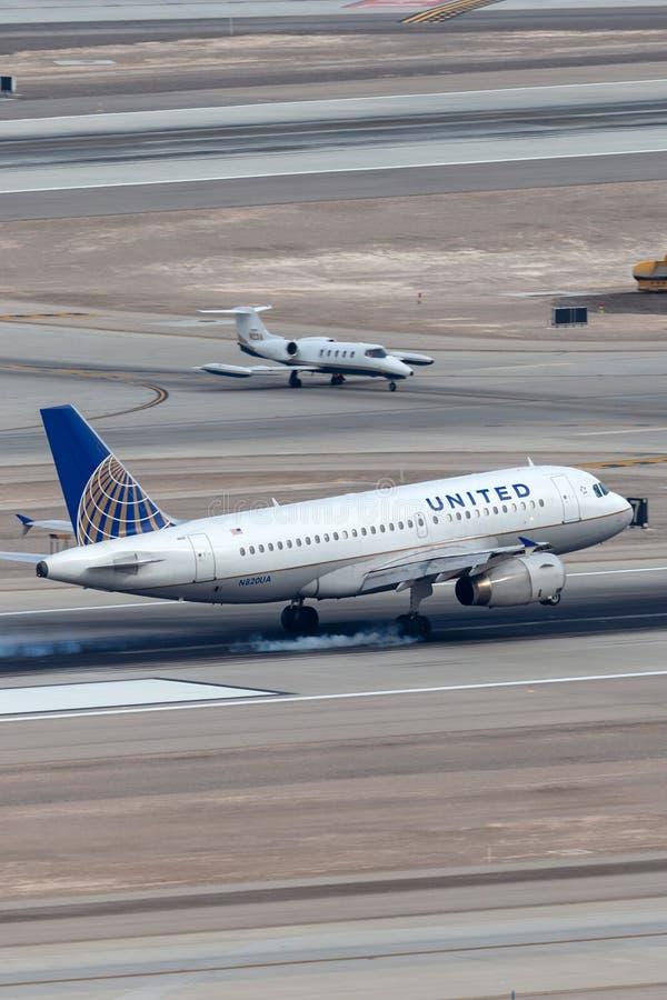 Atterraggio dell'aereo di linea di United Airlines Airbus A319 all'aeroporto internazionale di McCarran a Las Vegas fotografia stock libera da diritti