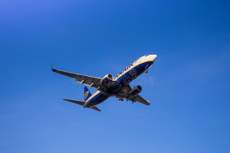 Atterraggio dell'aereo di Ryanair fotografie stock
