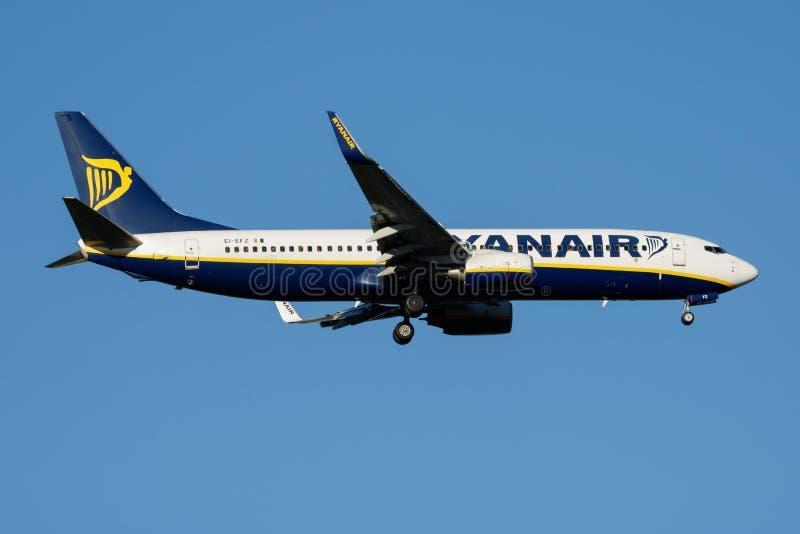 Atterraggio dell'aereo passeggeri di Ryanair Boeing 737-800 EI-EFZ all'aeroporto di Madrid Barajas immagine stock