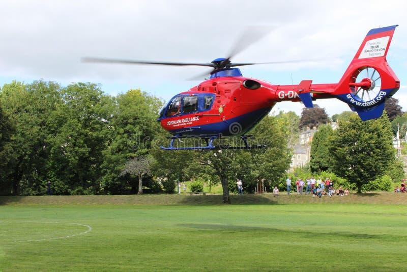 Atterraggio dell'elicottero dell'aereo ambulanza nei prati Tavistock fotografie stock libere da diritti
