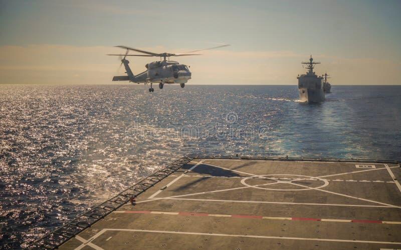Atterraggio dell'elicottero sulla nave da guerra fotografia stock libera da diritti