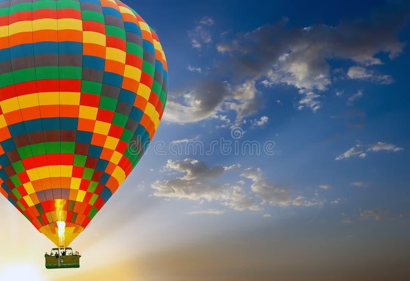 atterraggio delle mongolfiere di tramonto fotografia stock libera da diritti