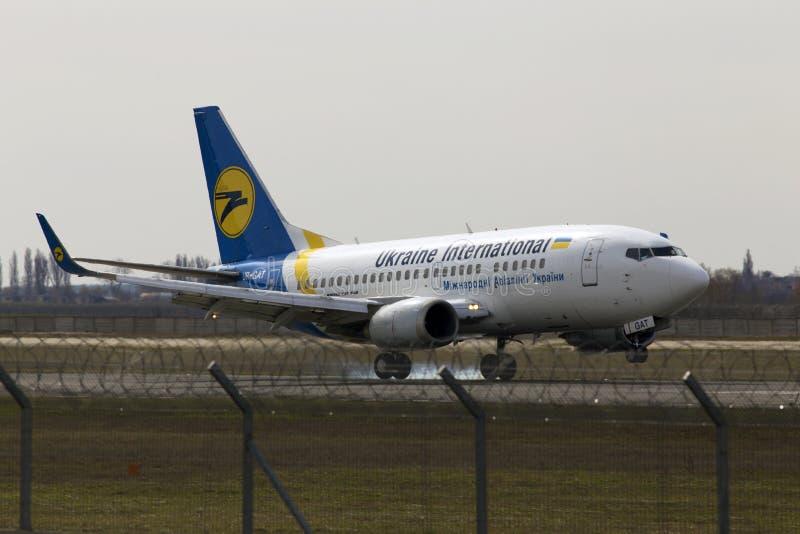 Atterraggio di aerei di Ukraine International Airlines Boeing 737-500 sulla pista fotografia stock