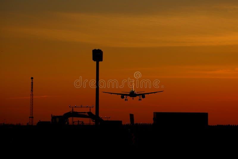 Atterraggio di aeroplano al tramonto all'aeroporto di Montreal-Trudeau, Montreal fotografia stock