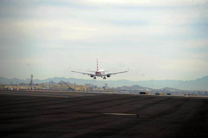 Atterraggio di aeroplano all'aeroporto del porto del cielo fotografie stock libere da diritti