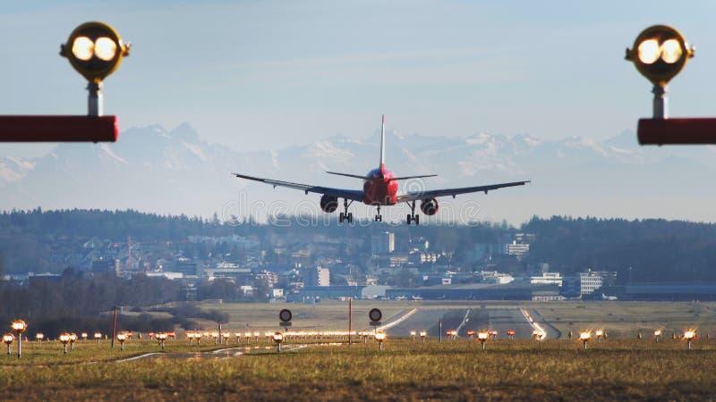 Atterraggio di aeroplano all'aeroporto di Zurigo al giorno fotografia stock libera da diritti